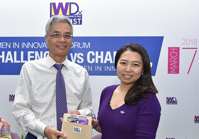 HKUST President Prof. Wei SHYY presenting souvenir to Ms Christina Zhang.