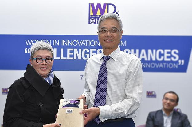 HKUST President Prof. Wei SHYY presenting souvenir to Ms Angie Lau