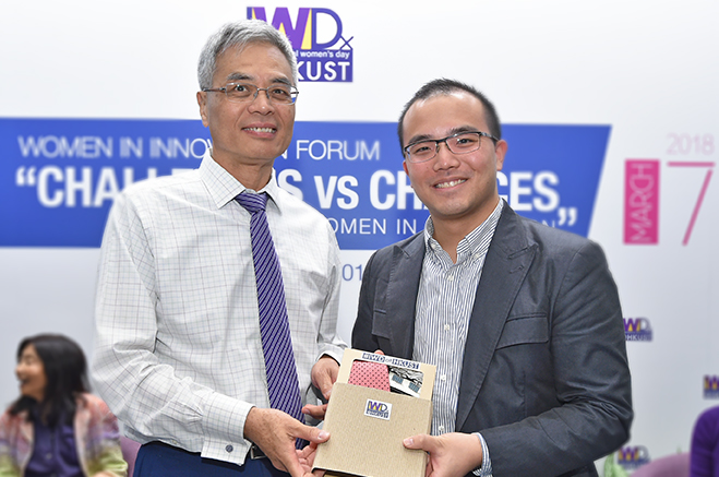 HKUST President Prof. Wei SHYY presenting souvenir to Mr Theodore Ma.