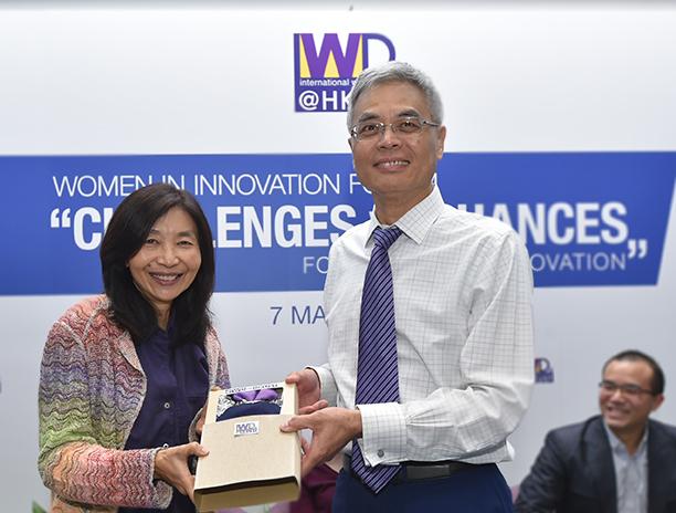 HKUST President Prof. Wei SHYY presenting souvenir to Dr Sabrina Lin.
